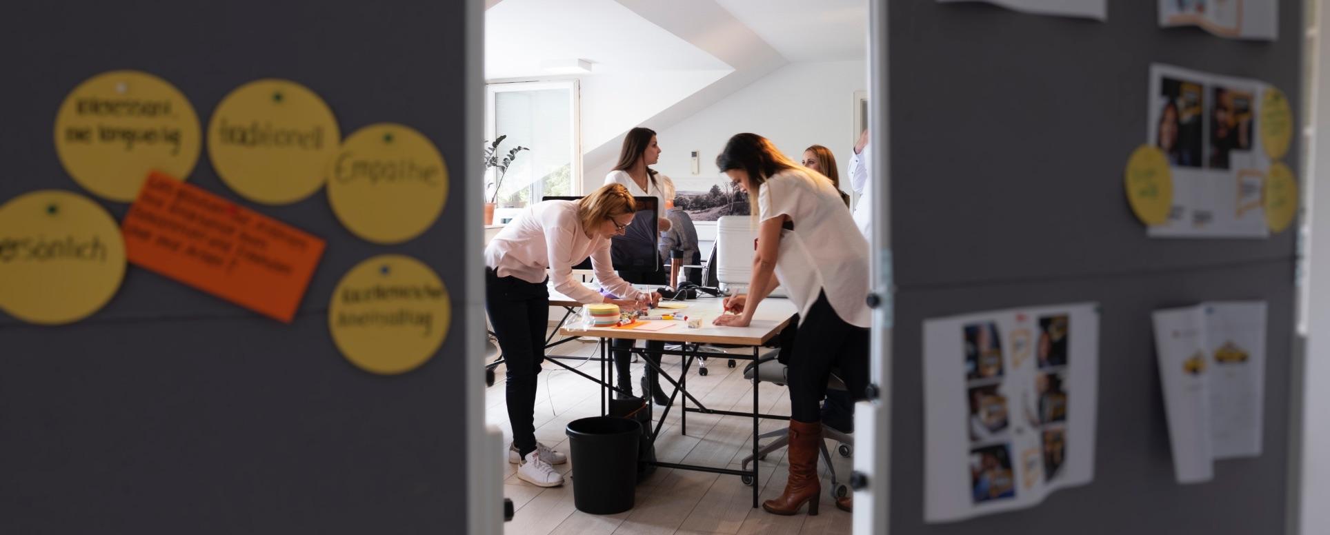 Mitarbeiter der Weik Agentur während einem Brainstorming